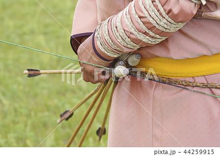 モンゴル弓を調整する男性 44259915