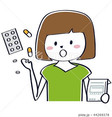 薬を飲むかわいいおかっぱの女性 44269378