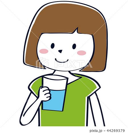 水を飲むかわいいおかっぱの女性 44269379