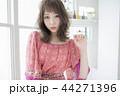 女性 巻き髪 女の子の写真 44271396