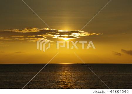 雲の隙間からこぼれる光 44304546