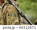 銃を担いだ自衛官 44312671