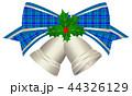銀色のクリスマスベル 青いチェックのリボンとヒイラギ付き 44326129