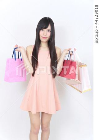 若い女性 ショッピング 44329018