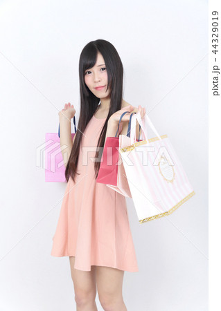 若い女性 ショッピング 44329019