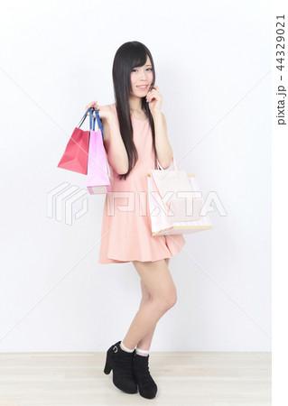 若い女性 ショッピング 44329021