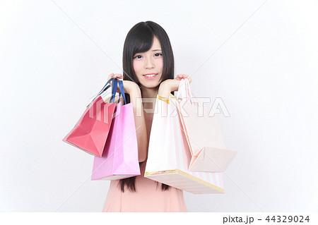 若い女性 ショッピング 44329024