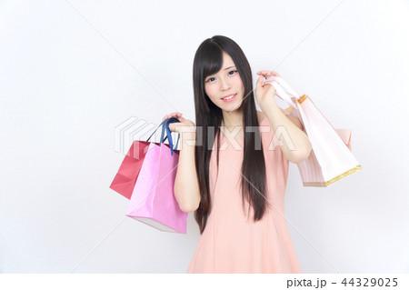若い女性 ショッピング 44329025