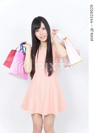 若い女性 ショッピング 44329026