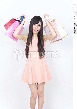 若い女性 ショッピング 44329027