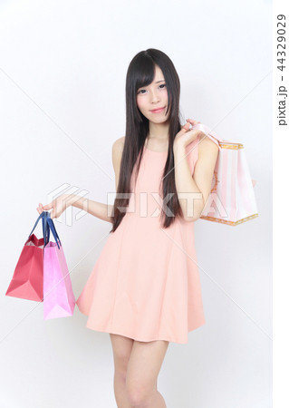 若い女性 ショッピング 44329029