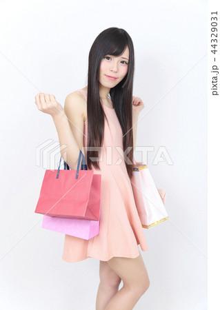 若い女性 ショッピング 44329031
