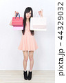 若い女性 ショッピング 44329032