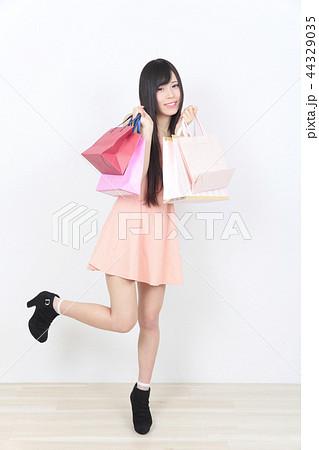 若い女性 ショッピング 44329035
