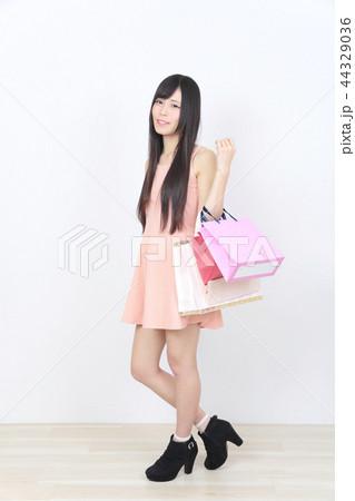 若い女性 ショッピング 44329036