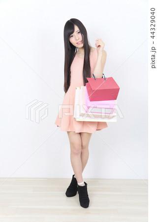 若い女性 ショッピング 44329040