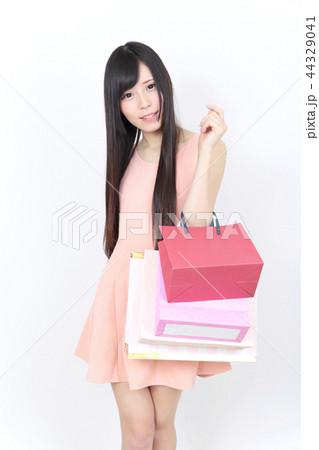 若い女性 ショッピング 44329041