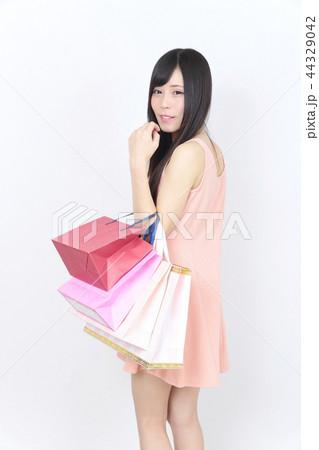 若い女性 ショッピング 44329042