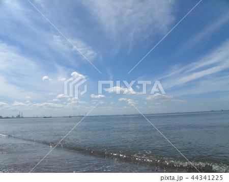 稲毛海岸の青空と白い雲 44341225