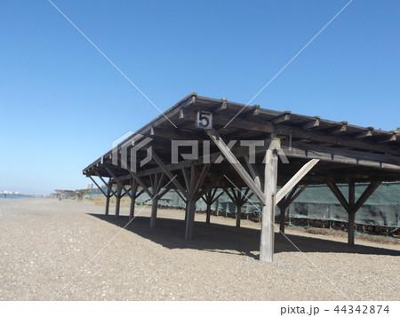 青い空に稲毛海岸のパーゴラ 44342874