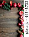 林檎とクリスマスツリーのフレーム 黒木材背景 44343732