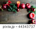 林檎とクリスマスツリーのフレーム 黒木材背景 44343737