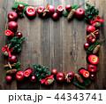 林檎とクリスマスツリーのフレーム 黒木材背景 44343741
