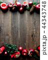 林檎とクリスマスツリーのフレーム 黒木材背景 44343748