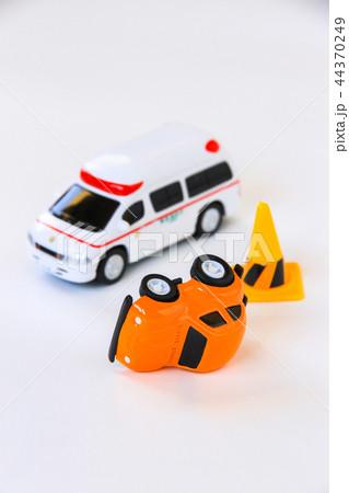 事故車と救急車 44370249