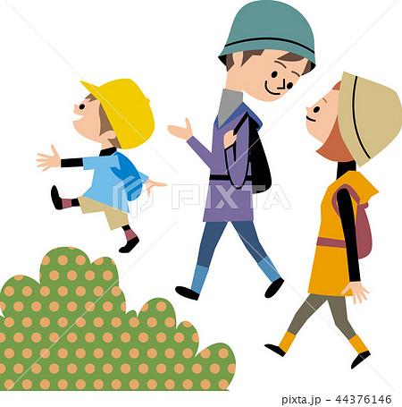 山登りする家族 44376146