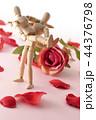 バラの花びらとお姫様抱っこ 44376798