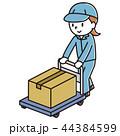 荷物を運ぶ女性 44384599