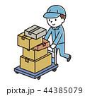 荷物を運ぶ男性 44385079