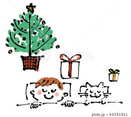 クリスマスイブの夜、布団で眠る子供とネコ、枕元のツリーとプレゼント 44391931