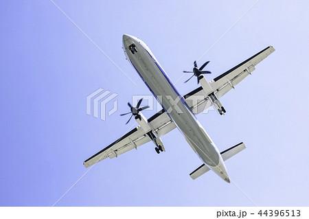 真上を飛ぶ飛行機  ボンバルディアDHC8-Q400 44396513