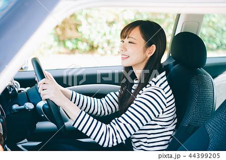 車の運転をする女性 44399205