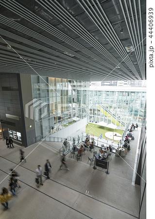 旧東横線渋谷駅ホーム線路跡地に好奇心刺激する渋谷ストリーム開業魅力的な話題のスポット高層ビル商業施設 44406939