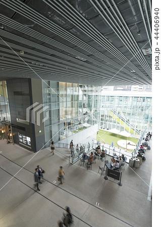 旧東横線渋谷駅ホーム線路跡地に好奇心刺激する渋谷ストリーム開業魅力的な話題のスポット高層ビル商業施設 44406940