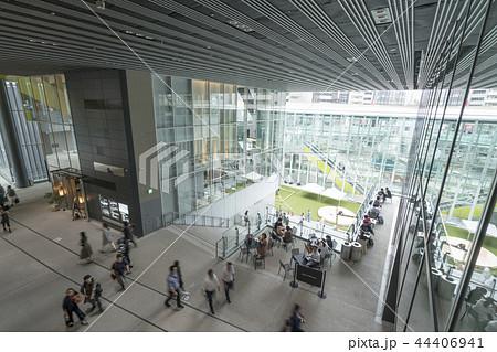 旧東横線渋谷駅ホーム線路跡地に好奇心刺激する渋谷ストリーム開業魅力的な話題のスポット高層ビル商業施設 44406941