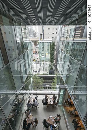 旧東横線渋谷駅ホーム線路跡地に好奇心刺激する渋谷ストリーム開業魅力的な話題のスポット高層ビル商業施設 44406942