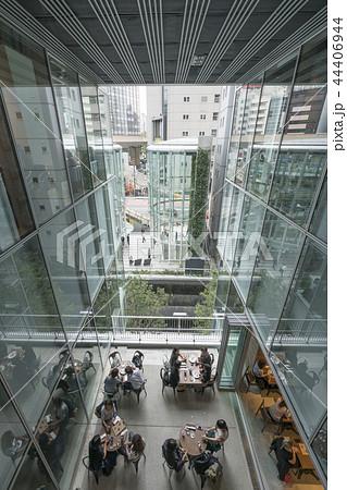 旧東横線渋谷駅ホーム線路跡地に好奇心刺激する渋谷ストリーム開業魅力的な話題のスポット高層ビル商業施設 44406944