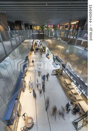 旧東横線渋谷駅ホーム線路跡地に好奇心刺激する渋谷ストリーム開業魅力的な話題のスポット高層ビル商業施設 44406945