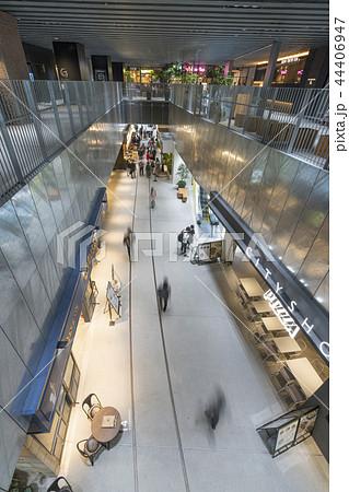 旧東横線渋谷駅ホーム線路跡地に好奇心刺激する渋谷ストリーム開業魅力的な話題のスポット高層ビル商業施設 44406947