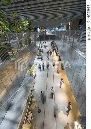 旧東横線渋谷駅ホーム線路跡地に好奇心刺激する渋谷ストリーム開業魅力的な話題のスポット高層ビル商業施設 44406948