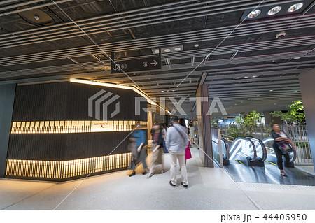 旧東横線渋谷駅ホーム線路跡地に好奇心刺激する渋谷ストリーム開業魅力的な話題のスポット高層ビル商業施設 44406950