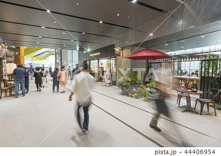 渋谷ストリーム旧東横線渋谷駅ホーム線路跡地に開業好奇心刺激する魅力的な話題のスポット高層ビル商業施設 44406954