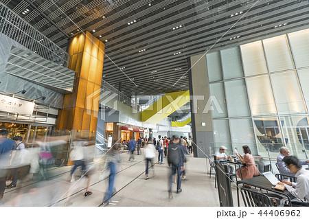 旧東横線渋谷駅ホーム線路跡地に好奇心刺激する渋谷ストリーム開業魅力的な話題のスポット高層ビル商業施設 44406962
