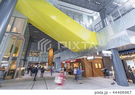 旧東横線渋谷駅ホーム線路跡地に好奇心刺激する渋谷ストリーム開業魅力的な話題のスポット高層ビル商業施設 44406967
