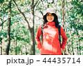 登山をする女性 44435714