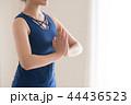 ヨガをする若い日本人女性 44436523